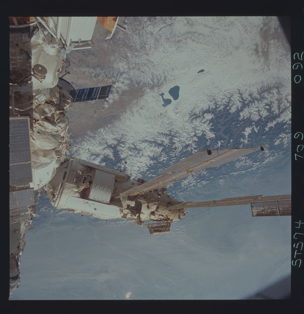 STS074-709-092 - STS-074 - Mir space station seen through aft flight deck windows