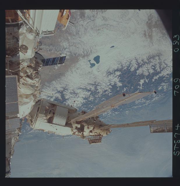 STS074-709-093 - STS-074 - Mir space station seen through aft flight deck windows