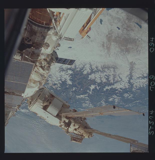 STS074-709-094 - STS-074 - Mir space station seen through aft flight deck windows