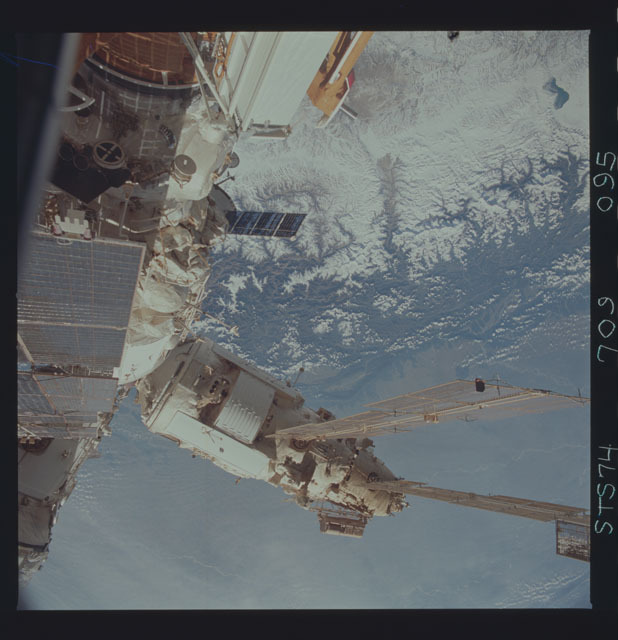 STS074-709-095 - STS-074 - Mir space station seen through aft flight deck windows