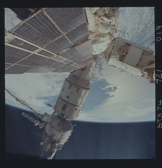 STS074-721-019 - STS-074 - Mir space station seen from aft flight deck