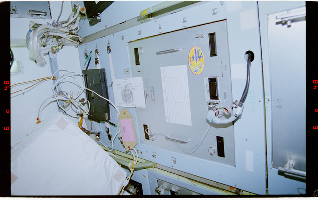 STS076-461-019 - STS-076 - TEHOF in Spektr module with cage assembly