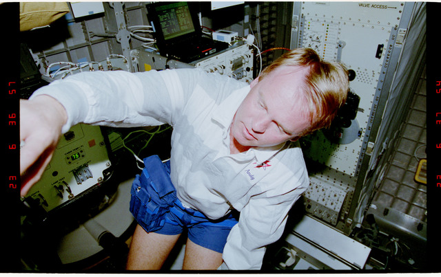 STS077-392-015 - STS-077 - Astronaut Thomas floats in the Spacehab module
