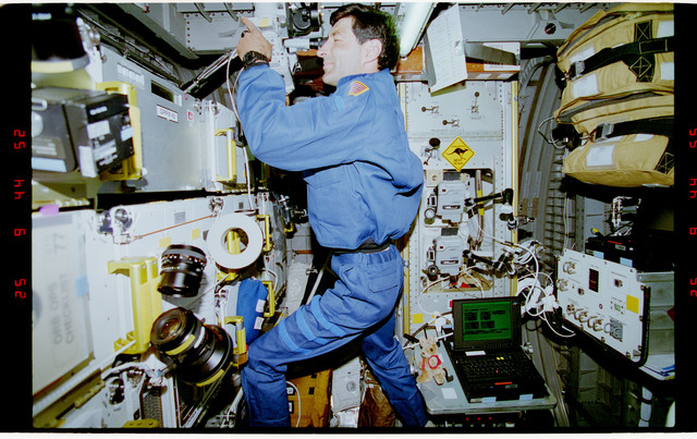 STS077-393-017 - STS-077 - Astronaut Runco records PAMS/STU deployment from Spacehab