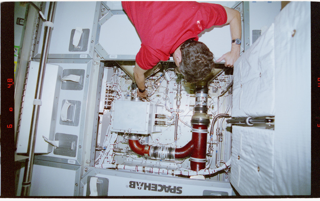 STS079-303-031 - STS-079 - Astronaut Apt performs IFM on fan clamp in floor of Spacehab