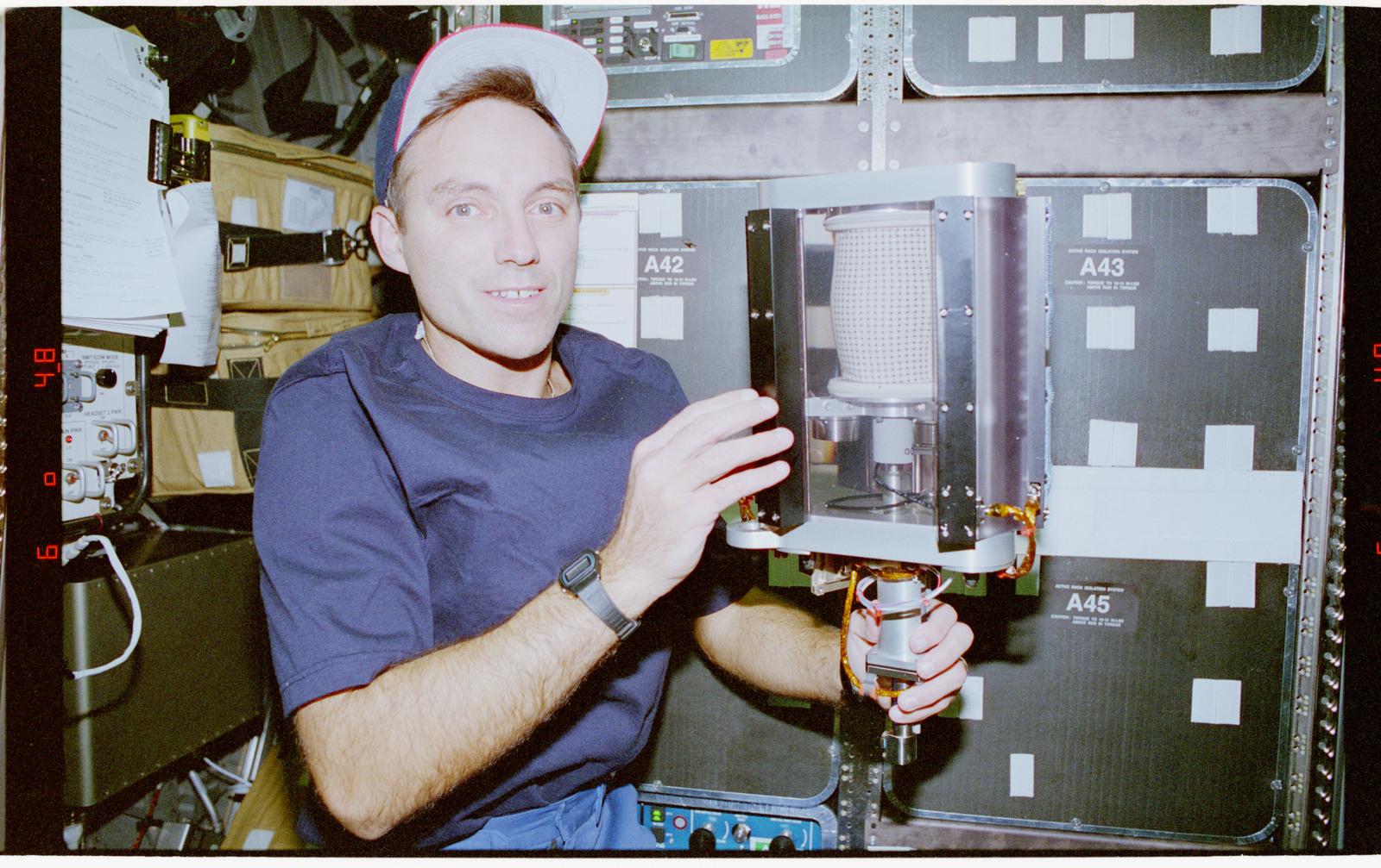 STS079-304-013 - STS-079 - MGM - Mechanics of Granular Materials sample