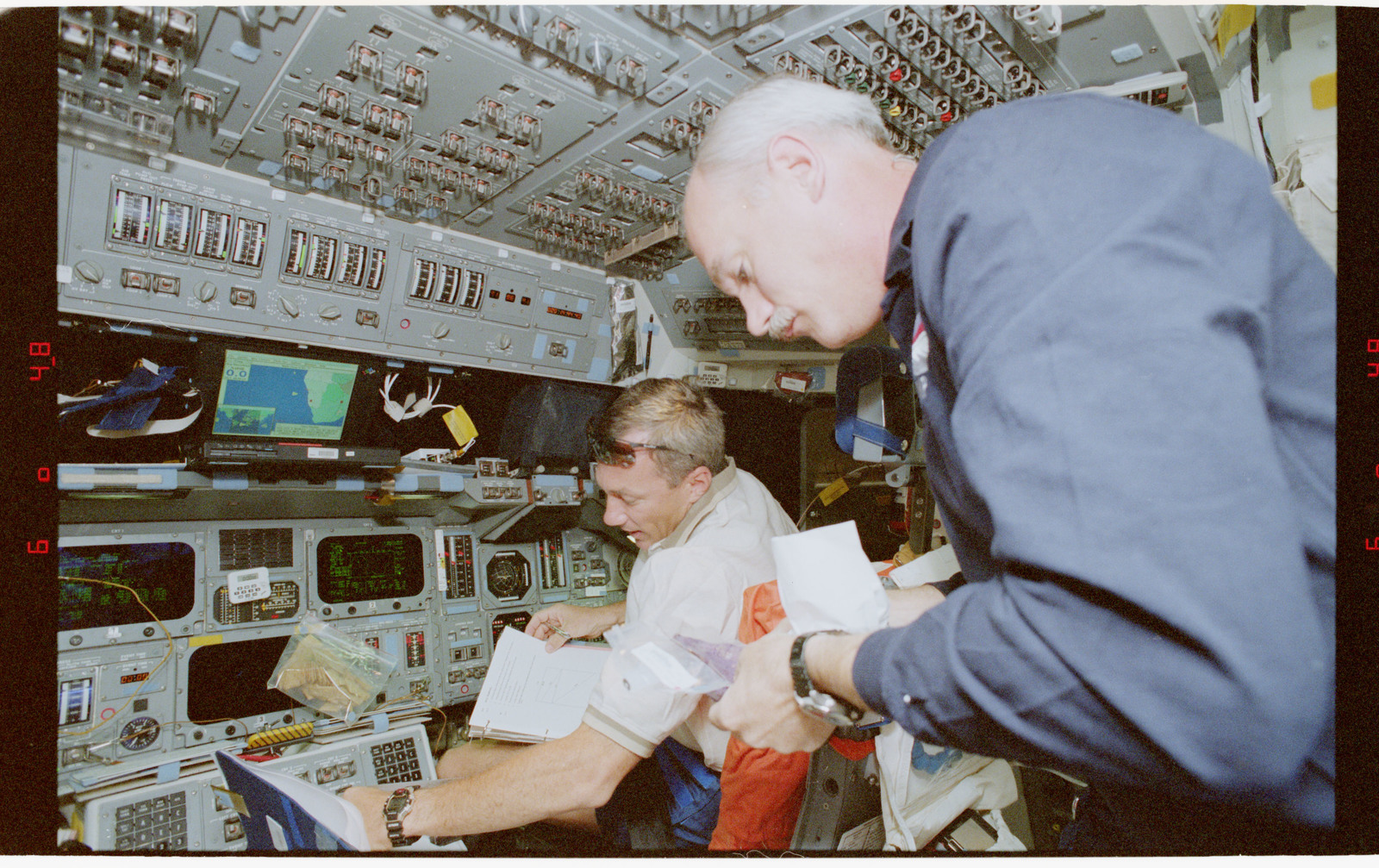 STS079-330-011 - STS-079 - STS-79 crew activities