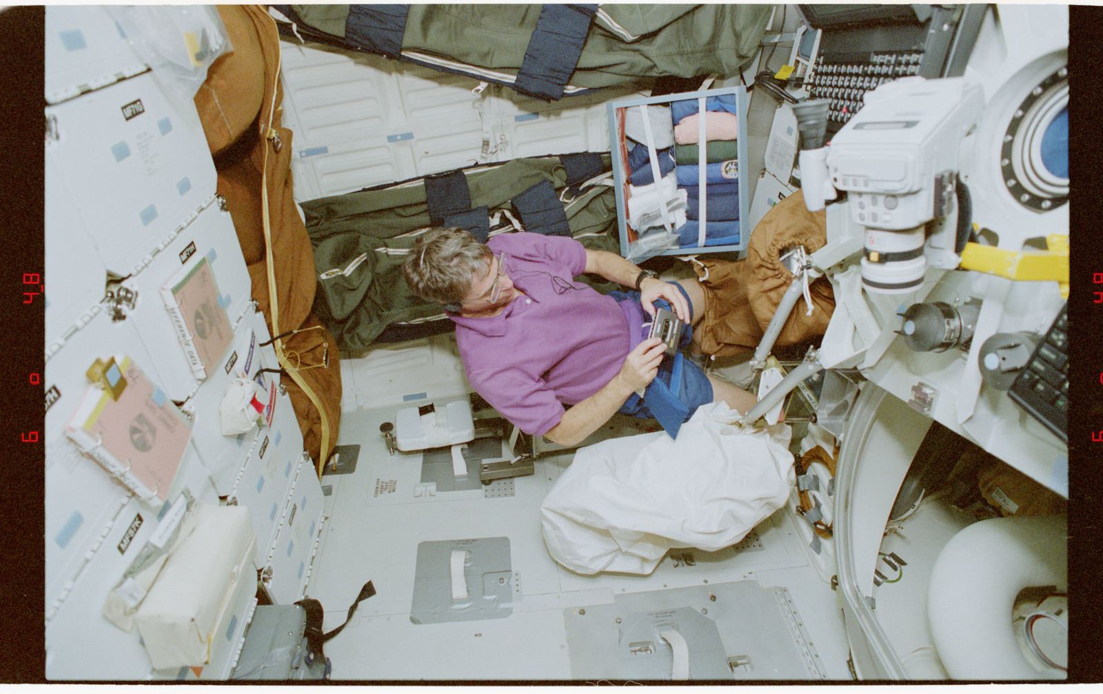 STS079-330-012 - STS-079 - STS-79 crew activities
