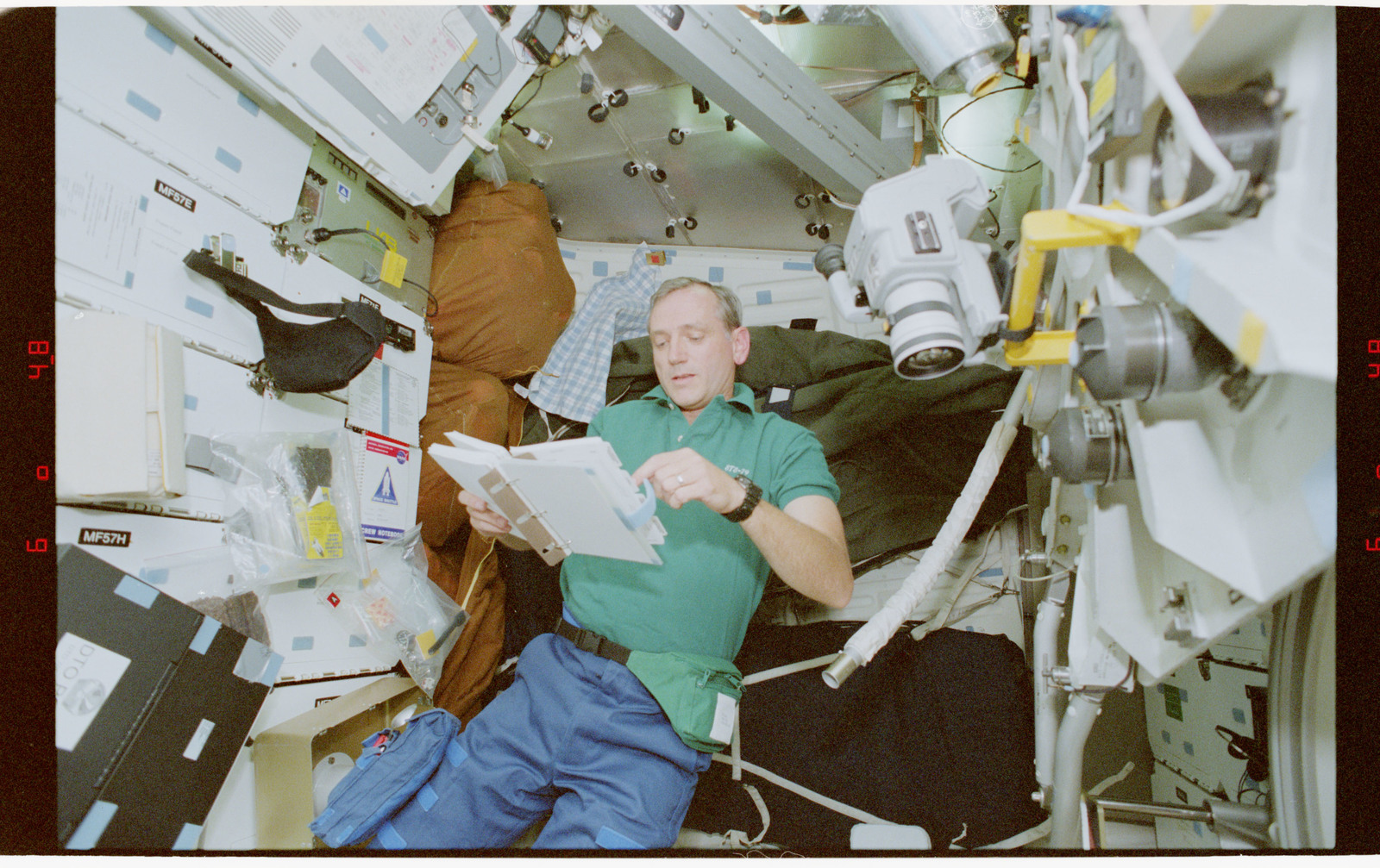 STS079-330-020 - STS-079 - STS-79 crew activities on the middeck