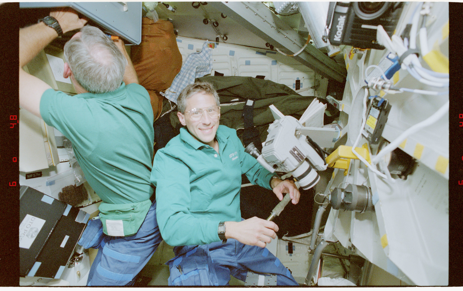 STS079-330-023 - STS-079 - STS-79 crew activities on the middeck