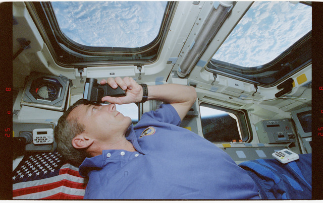 STS079-332-031 - STS-079 - Astronaut Wilcutt looking out of the window on the aft flight deck