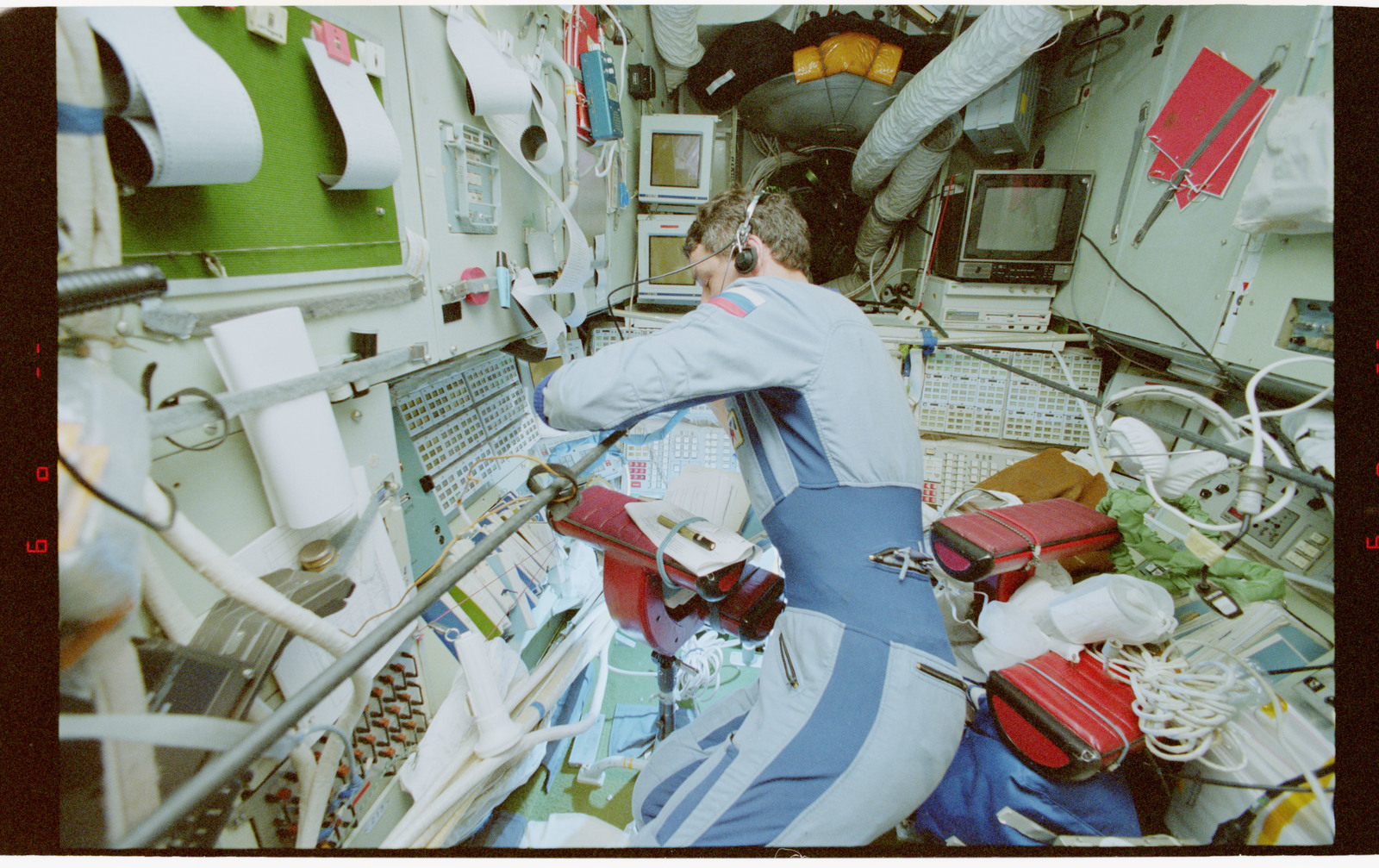 STS079-336-016 - STS-079 - STS-79 and Mir 22 crew activities in Mir space station