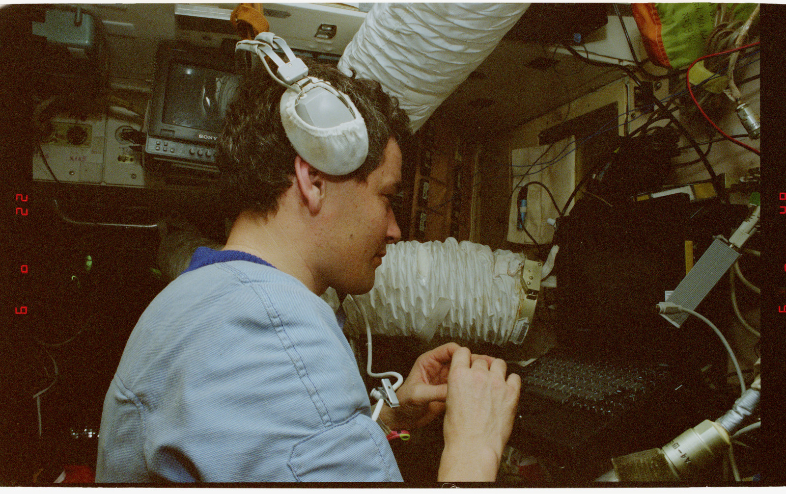 STS079-336-030 - STS-079 - STS-79 and Mir 22 crew activities in Mir space station