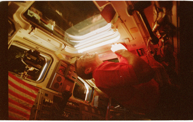 STS079-341-004 - STS-079 - Astronaut Wilcutt on the aft flight deck