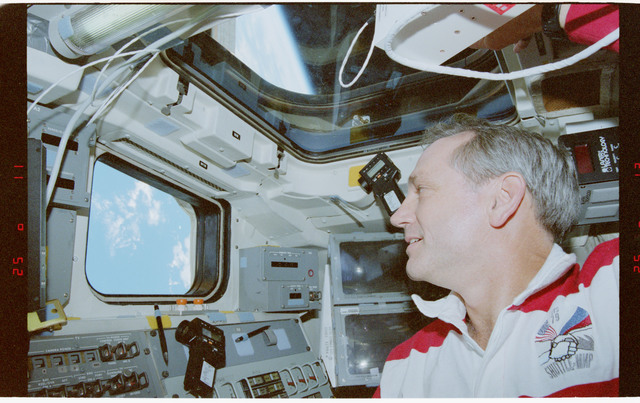 STS079-346-002 - STS-079 - Astronauts Lucid and Akers on aft flight deck while docked to Mir