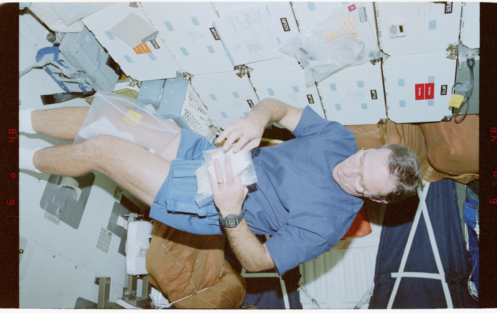 STS079-348-021 - STS-079 - STS-79 crew activities on the middeck