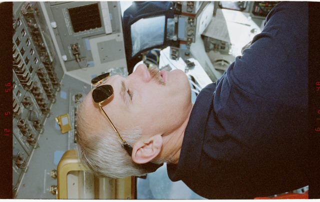 STS079-348-026 - STS-079 - STS-79 crew activities on the flight deck