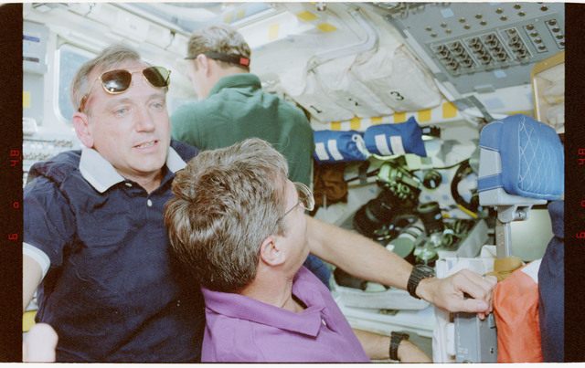 STS079-348-030 - STS-079 - STS-79 crew activities on the flight deck