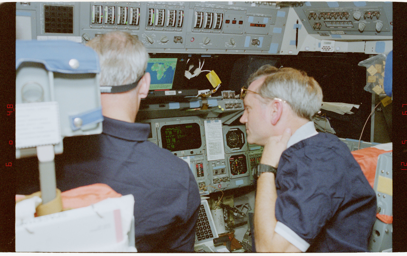 STS079-348-032 - STS-079 - STS-79 crew activities on the flight deck