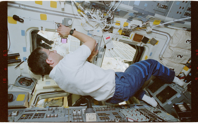 STS079-351-008 - STS-079 - Astronauts Apt and Wilcutt on aft flight deck while docked to Mir