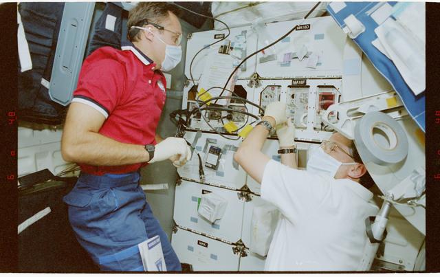 STS079-352-008 - STS-079 - BTS - Biotechnology System
