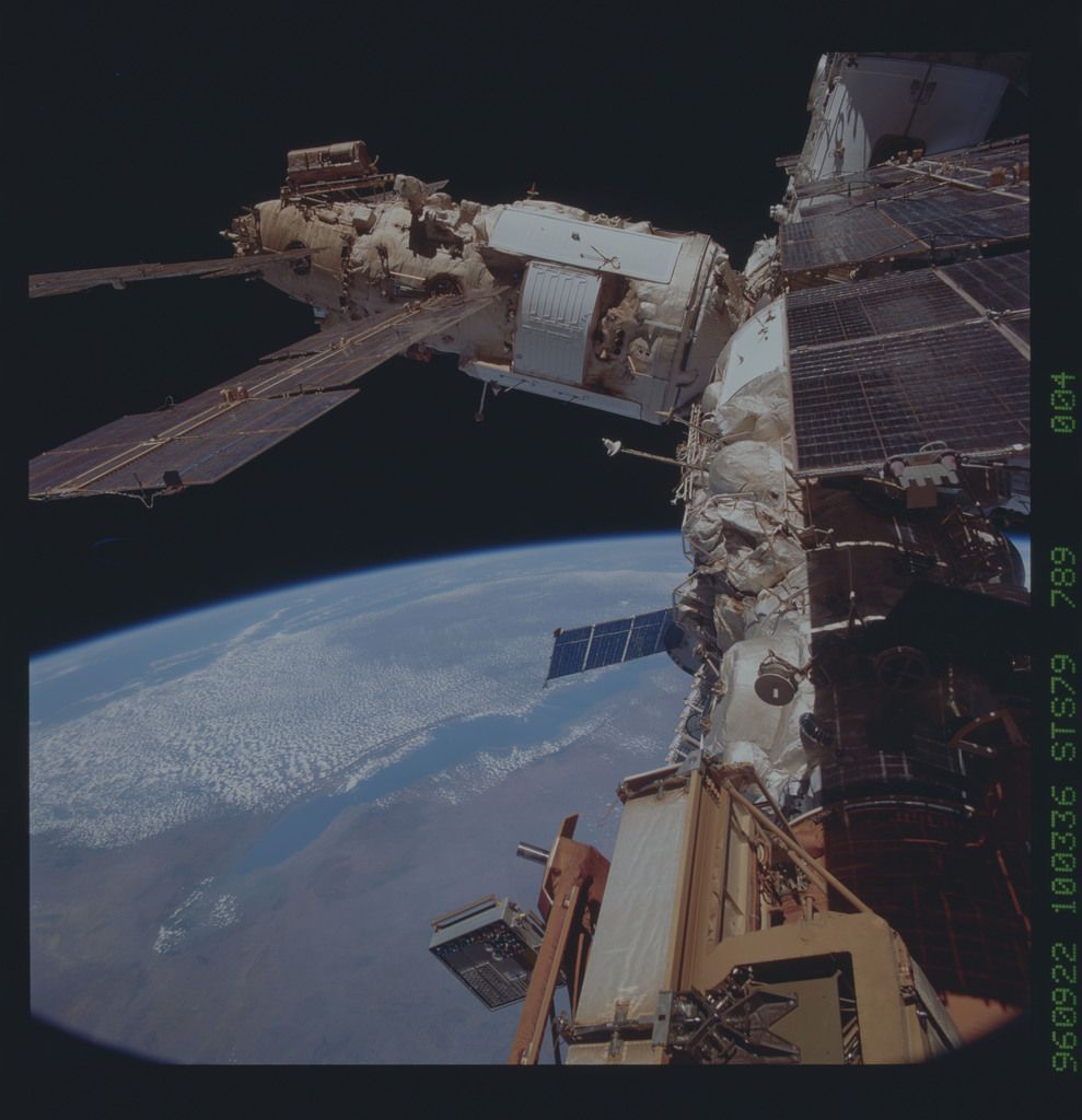 STS079-789-004 - STS-079 - Survey views of the Mir space station