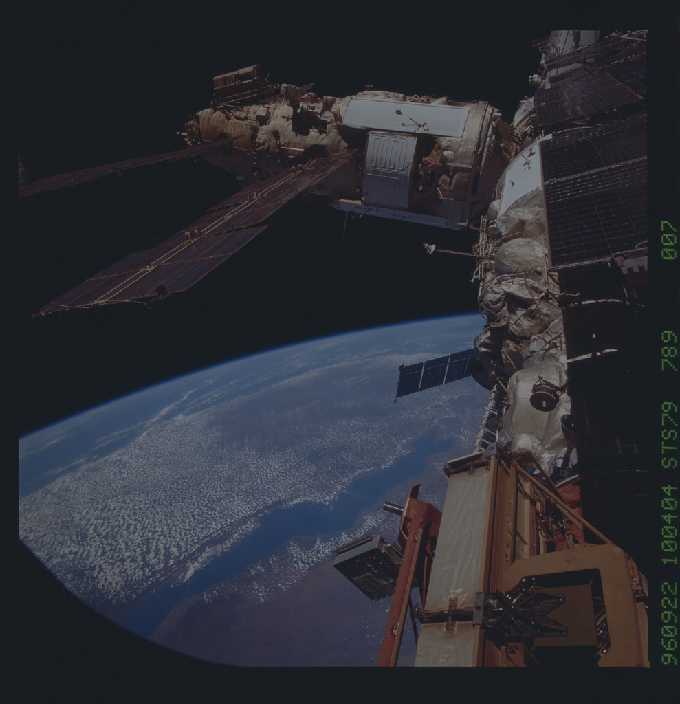 STS079-789-007 - STS-079 - Survey views of the Mir space station
