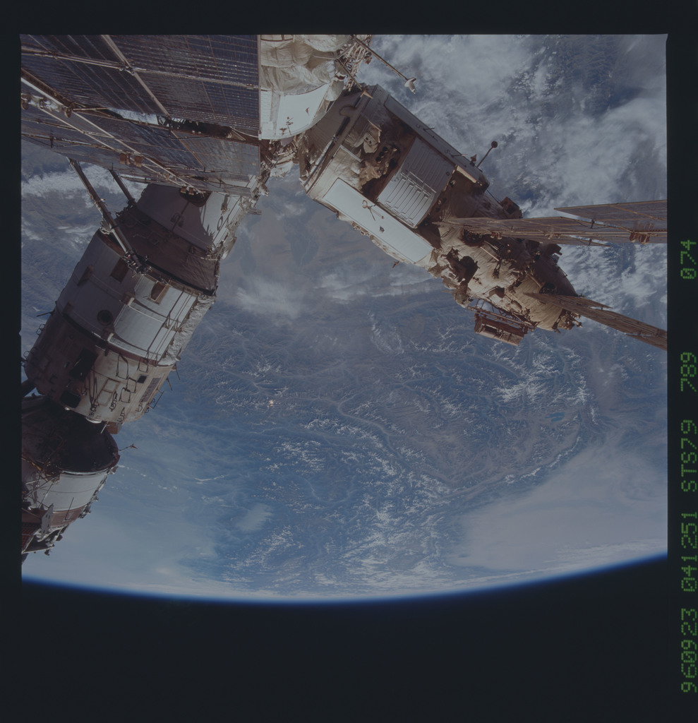 STS079-789-074 - STS-079 - Survey views of the Mir space station