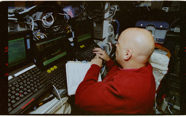 STS080-330-016 - STS-080 - Retrieval procedures conducted in orbiter flight deck