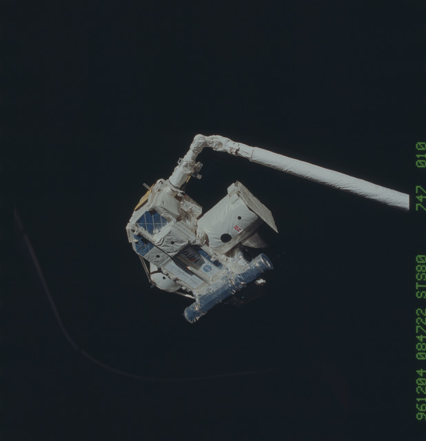 STS080-747-010 - STS-080 - ORFEUS-SPAS, rendezvous, retrieval and berthing of satellite