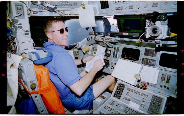 STS081-338-036 - STS-081 - STS-81 crew on flight deck
