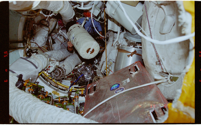 STS081-358-011 - STS-081 - Protein Crystal Growth GN2 Dewar freezer