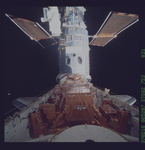 STS082-753-021 - STS-082 - HST, documented in payload bay
