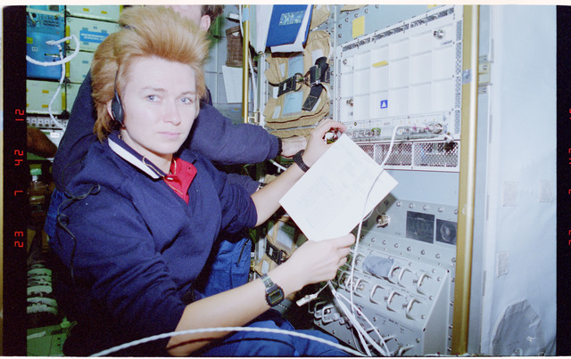 STS084-321-030 - STS-084 - MOMO, Kondakova poses with the Spacehab experiment and log book