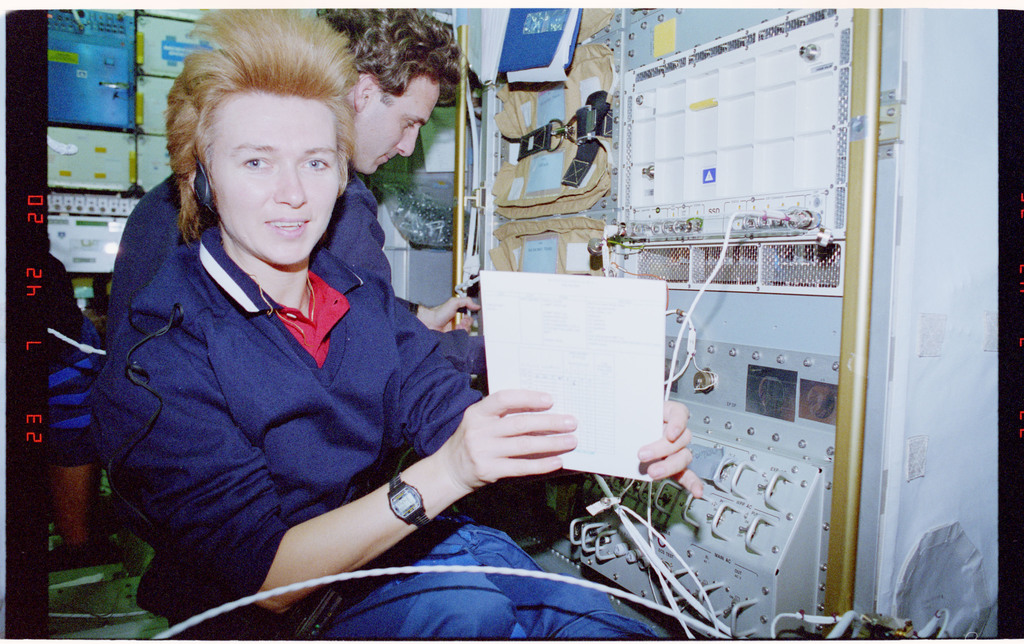 STS084-321-032 - STS-084 - MOMO, Kondakova poses with the Spacehab experiment and log book