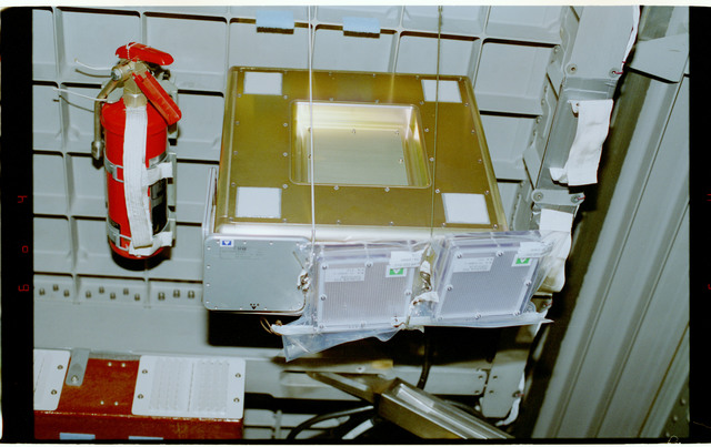STS084-354-016 - STS-084 - RME 1312 - RRMD equipment in Spacehab