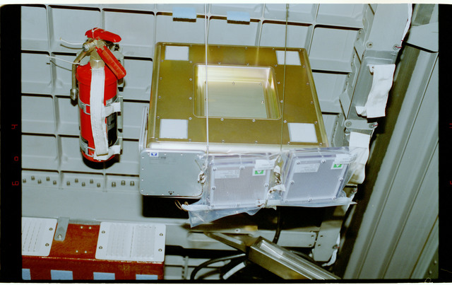 STS084-354-017 - STS-084 - RME 1312 - RRMD equipment in Spacehab