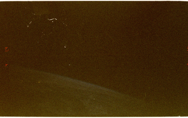 STS084-389-006 - STS-084 - Comet Hale-Bopp as seen over the Earth limb by STS-84 crew