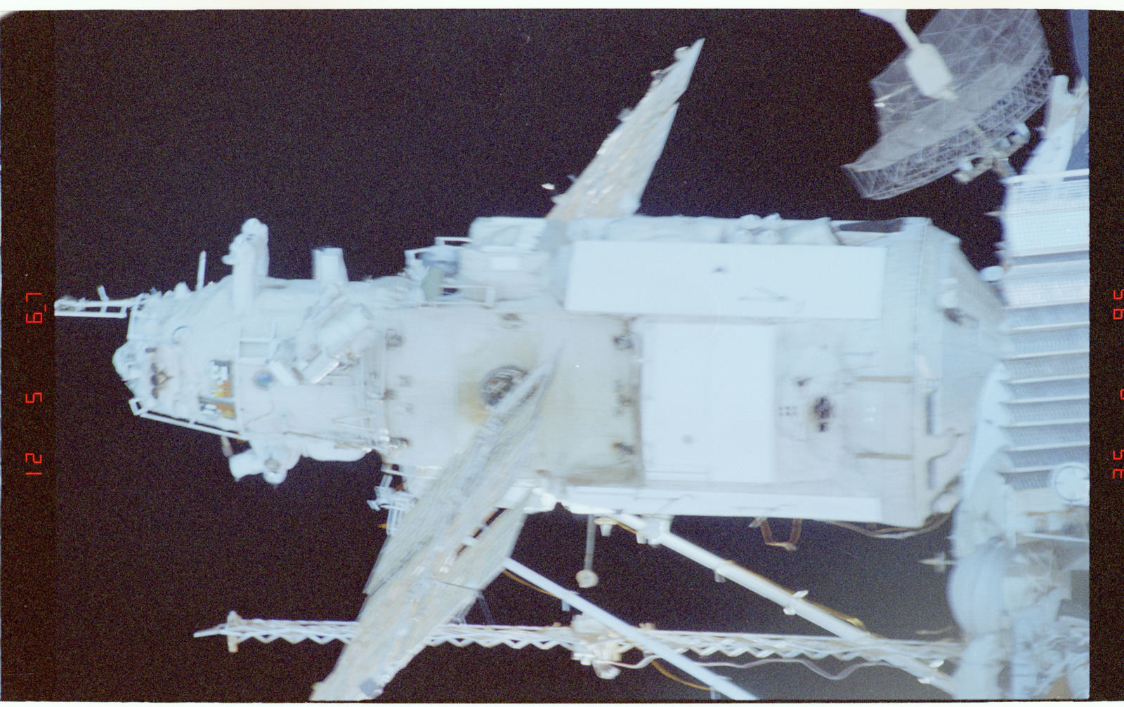 STS086-394-034 - STS-086 - Survey views of the Mir space station