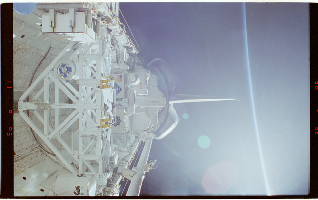 STS087-320-014 - STS-087 - Wide views of the payload bay with empty Spartan MPESS