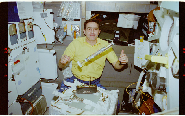 STS087-331-026 - STS-087 - CUE - B-PAC, Kadenyuk holds a KFT