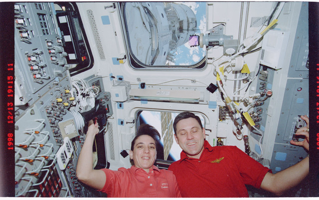 STS088-329-030 - STS-088 - STS-88 crewmembers pose for photos on the aft flight deck