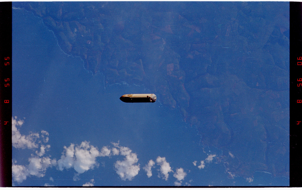STS088-333-024 - STS-088 - View of the external tank after separation