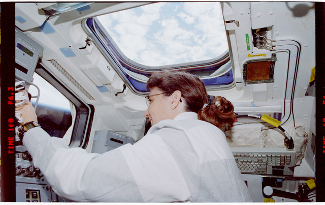 STS088-335-007 - STS-088 - View of the STS-88 crew on the flight deck during Node 1 grapple