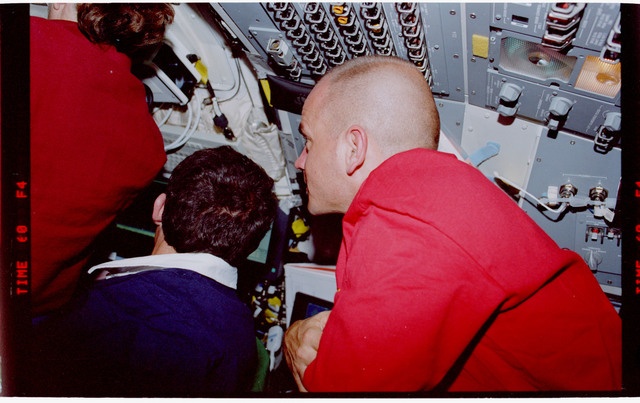 STS088-341-019 - STS-088 - View of the STS-88 crew on the flight deck during rendezvous