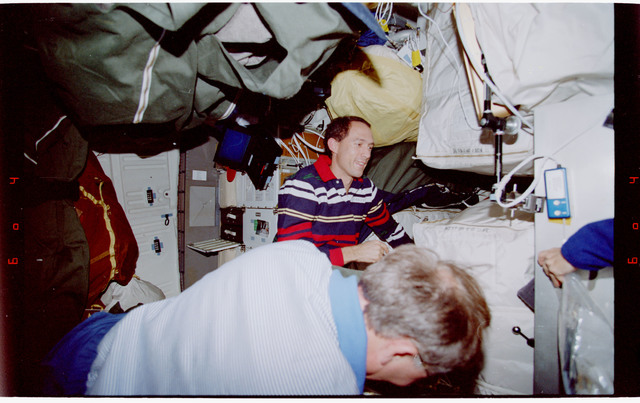 STS088-346-017 - STS-088 - Newman and Ross on the middeck