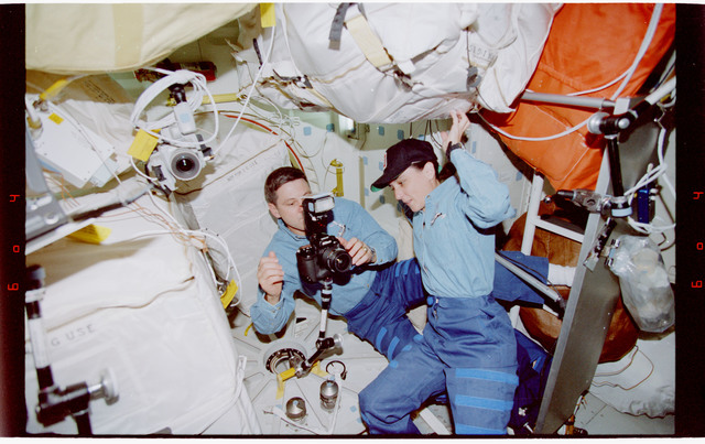 STS088-346-034 - STS-088 - View of the STS-88 crew on the middeck