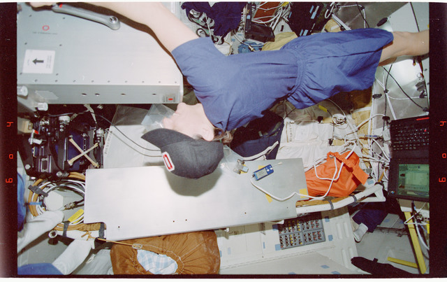 STS088-351-009 - STS-088 - View of the STS-88 crew on the Endeavours middeck