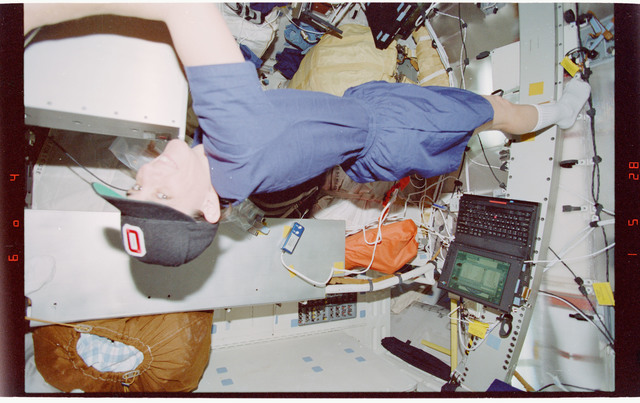STS088-351-011 - STS-088 - View of the STS-88 crew on the Endeavours middeck