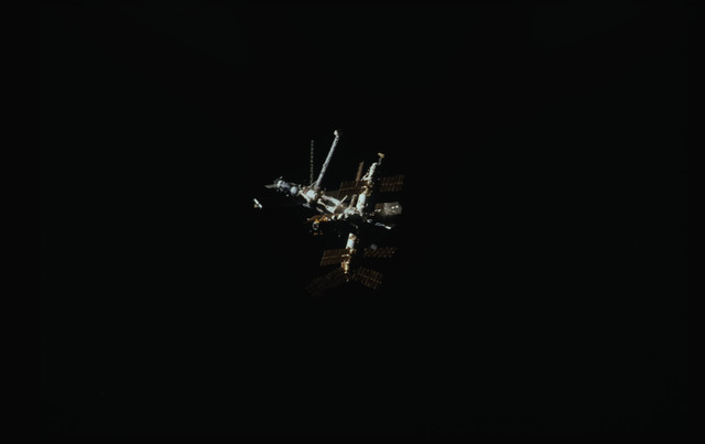STS089-340-029 - STS-089 - Mir Space Station viewed from Endeavour during STS-89 mission